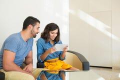Par genom att använda tableten Arkivfoton