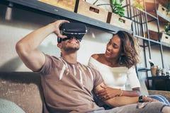 Par genom att använda VR-exponeringsglas och ha gyckel Fotografering för Bildbyråer