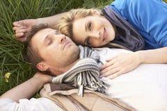 par gräs att ligga tillsammans barn royaltyfri fotografi