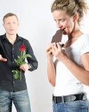 Par - henne som äter choklad - han med steg Fotografering för Bildbyråer