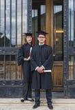 Par i avläggande av examendagen Arkivfoton