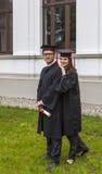 Par i avläggande av examendagen Arkivbilder