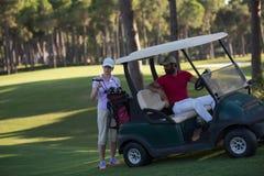 Par i barnvagn på golfbana Fotografering för Bildbyråer