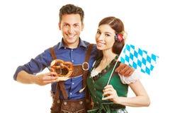 Par i bavaria med dirndlen royaltyfri bild