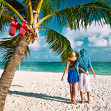 Par i blåttkläder på en strand på jul Royaltyfri Foto