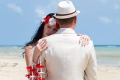 Par i bröllopkläder royaltyfri foto