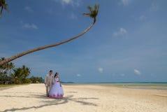 Par i bröllopkläder royaltyfria foton