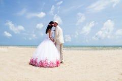 Par i bröllopkläder fotografering för bildbyråer