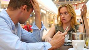 Par i Cafe Den härliga mannen och den härliga kvinnan grälar 4k ultrarapid, närbild kopiera avstånd stock video