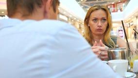 Par i Cafe Den härliga mannen och den härliga kvinnan grälar 4k ultrarapid, närbild kopiera avstånd arkivfilmer