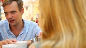 Par i Cafe Den härliga mannen och den härliga kvinnan grälar 4k ultrarapid, närbild kopiera avstånd lager videofilmer