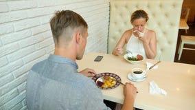 Par i Cafe Man och kvinna på ett datum 4K långsam rörelse stock video