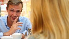 Par i Cafe Mannen och den härliga kvinnan på ett datum skrattar 4k ultrarapid, närbild kopiera avstånd lager videofilmer
