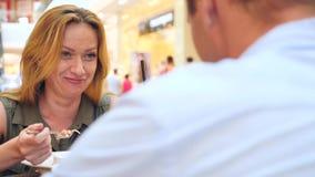 Par i Cafe Mannen och den härliga kvinnan på ett datum skrattar 4k ultrarapid, närbild kopiera avstånd stock video