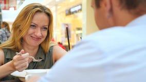 Par i Cafe Mannen och den härliga kvinnan på ett datum skrattar 4k ultrarapid, närbild kopiera avstånd arkivfilmer