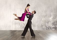 Par i den aktiva balsaldansen Arkivfoto
