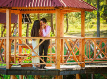 Par i den utomhus- parken royaltyfri fotografi