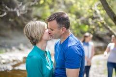 Par i den wood geende kyssen royaltyfri bild