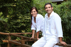 Par i deras trädgård arkivfoto