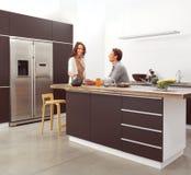 Par i det moderna köket Royaltyfria Bilder