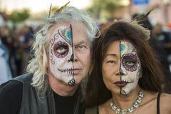 Par i Dia De Los Muertos Makeup Fotografering för Bildbyråer