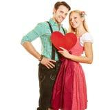 Par i dirndl- och läderflåsanden Arkivfoton