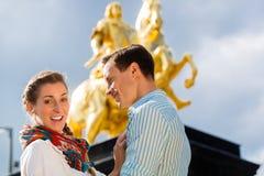 Par i Dresden med den Goldener Reiter statyn royaltyfri fotografi