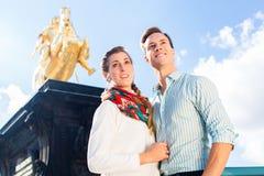 Par i Dresden med den Goldener Reiter statyn arkivbilder
