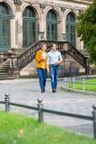 Par i Dresden på Zwinger med kaffe arkivfoto
