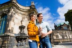 Par i Dresden på Zwinger med kaffe arkivbild