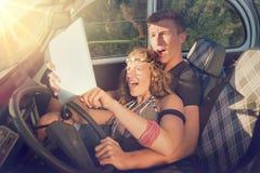 Par i en bil på solnedgången Royaltyfri Foto