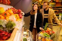 Par i en livsmedelsbutik royaltyfri fotografi