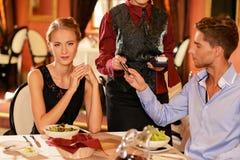 Par i en restaurang fotografering för bildbyråer