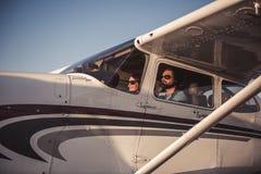 Par i flygplan Arkivbild