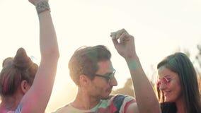 Par i holifärger som dansar bland ljusa solstrålar arkivfilmer