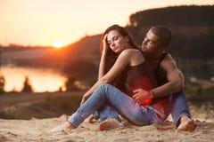 Par i jeans på stranden Royaltyfria Bilder
