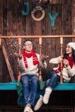 Par i julkläder som spelar med snö Fotografering för Bildbyråer