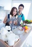 Par i kök fotografering för bildbyråer