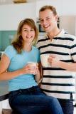 Par i kök royaltyfria bilder