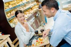 Par i kafét som äter ost royaltyfria foton