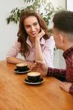 Par i kafét som dricker kaffe royaltyfri bild