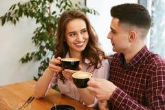 Par i kafét som dricker kaffe arkivfoton