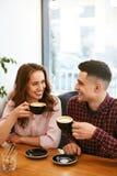 Par i kafét som dricker kaffe royaltyfria foton