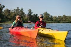Par i kajak på floden royaltyfria bilder