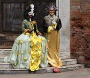 Par i karnevaldräkter Karnevalmaskeringar är ett av de mest berömda symbolerna av Venedig Arkivfoto