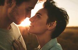 Par i romantiker poserar utomhus royaltyfri foto