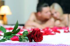 Par i säng Fotografering för Bildbyråer