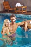 Par i simbassäng av hotellet Arkivbilder