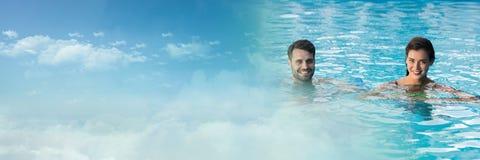 Par i simbassäng med himmelövergång Arkivbilder