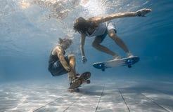 Par i simbassängen Arkivbild